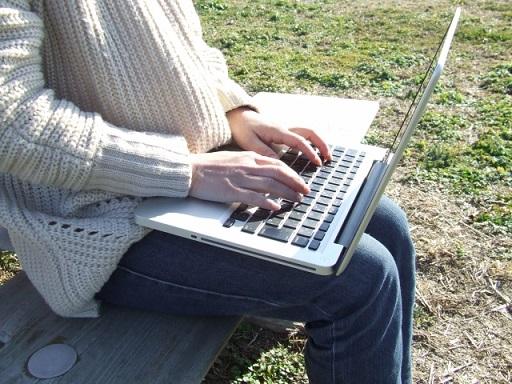 公園でインターネットをするイメージ画像